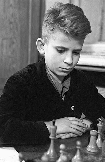 «Очень полюбил белого ферзя, потому что он так разгуливал по всему полю сражения, что не увлечься было невозможно. Я даже хотел его украсть» <br>Борис Спасский родился 30 января 1937 года в Ленинграде. С началом Великой Отечественной войны вместе со старшим братом его эвакуировали в Кировскую область. Именно там Спасский научился играть в шахматы. В 1946 году уже в Ленинграде мальчик был принят в шахматный кружок Дворца пионеров и через год смог выполнить норматив I разряда, став самым юным перворазрядником СССР