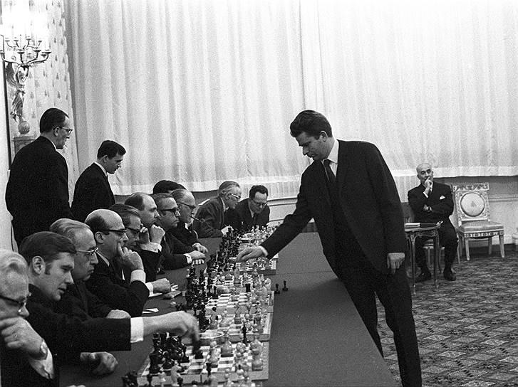В 1970 году Борис Спасский провел сеанс одновременной игры с 19 главами иностранных миссий в Москве (на фото). Итог: 15 побед шахматиста и четыре ничьих