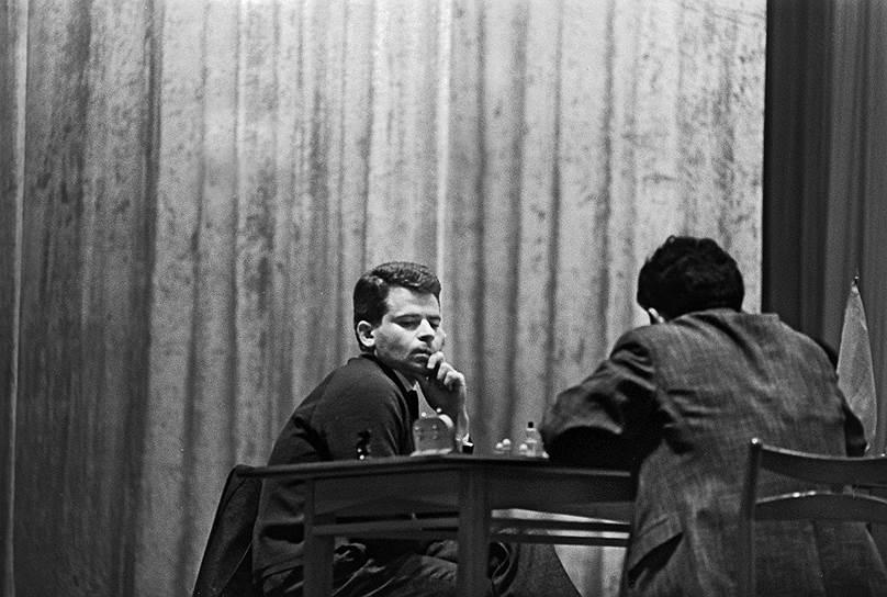 Первый матч за звание чемпиона мира Борис Спасский сыграл в 1966 году. Его соперником стал соотечественник Тигран Петросян (на фото справа). Во время проходившей в Москве встречи оба гроссмейстера играли неровно, однако в решающих партиях Спасский уступил Петросяну