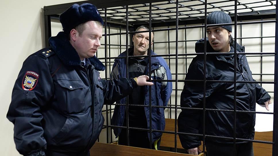 Казачий атаман Игорь Житенев (в центре) и экоактивист Михаил Безменский (справа)