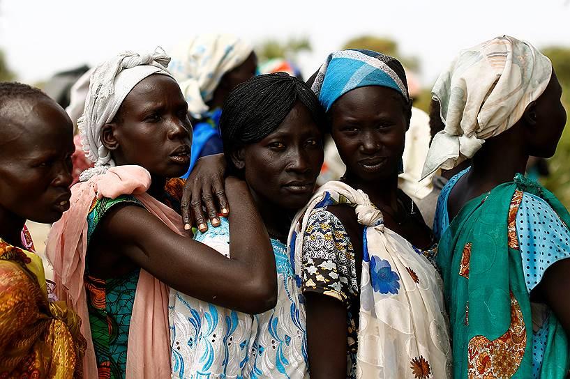 Провинция Вахда, Южный Судан. Женщины ждут приема врача в передвижной клинике ЮНИСЕФ