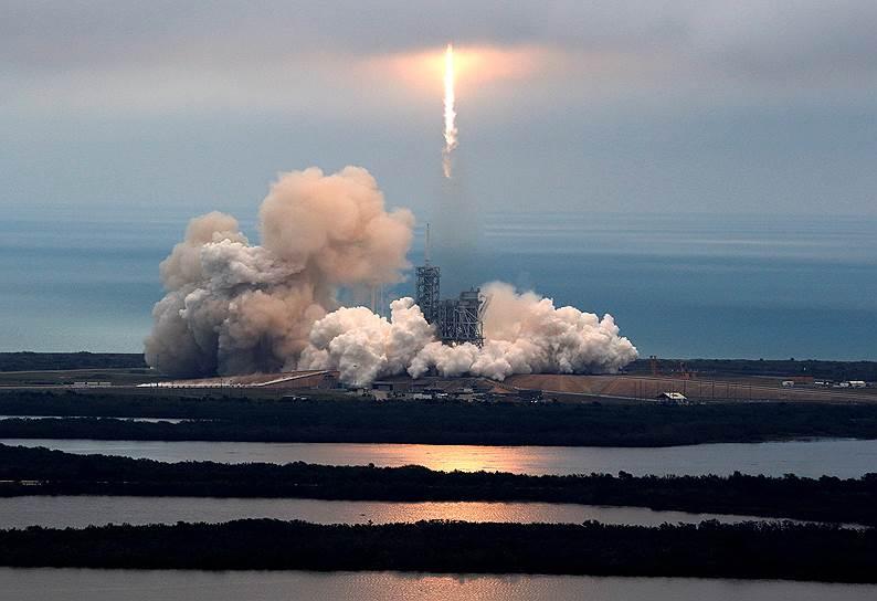 Мыс Канаверал, США. Запуск ракеты-носителя Falcon 9 с грузом для МКС