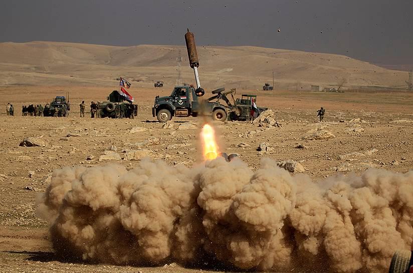 Мосул, Ирак. Иракские военные запускают ракету в сторону объектов, подконтрольных террористам «Исламского государства»
