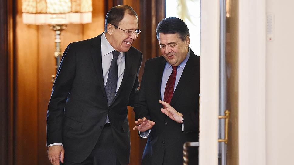 Глава МИД РФ Сергей Лавров (слева) и глава МИД ФРГ Зигмар Габриэль