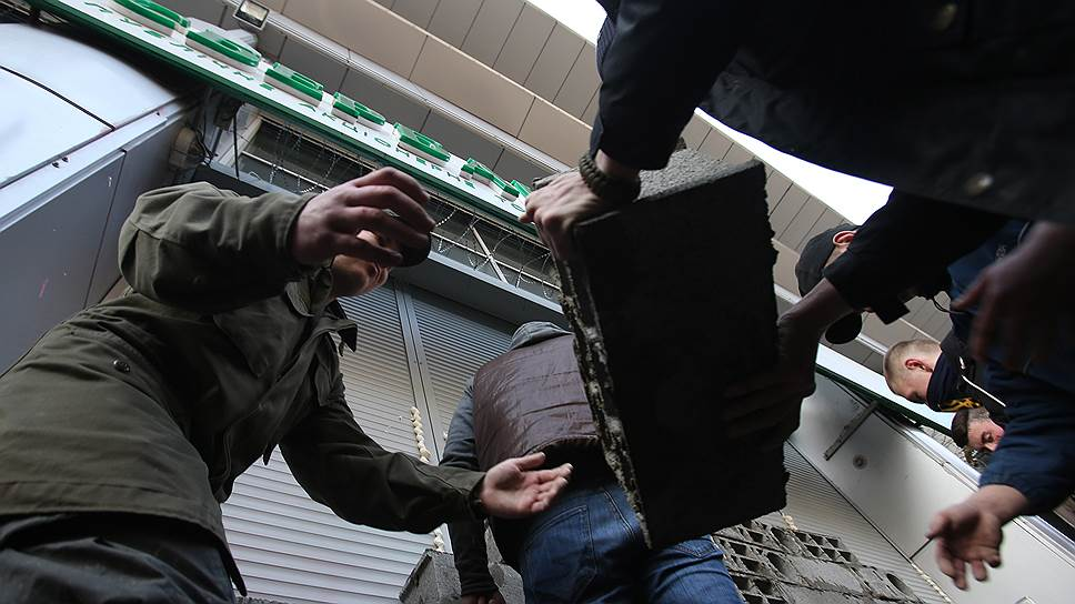 Как украинские активисты заблокировали работу Сбербанка