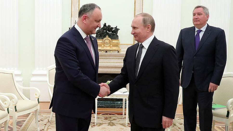 Встречаясь с Владимиром Путиным, президент Молдавии Игорь Додон (слева) заверил, что черная полоса в отношениях между Москвой и Кишиневом «практически прошла»