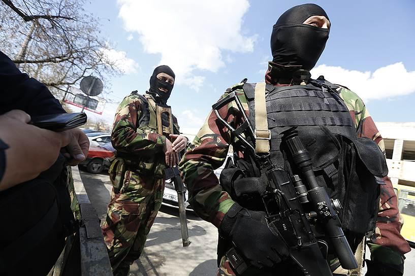 Тогда же появилось выражение «вежливые люди». Так в России назвали вооруженных людей в форме, но без опознавательных знаков, которые принимали участие в блокировании важных объектов. В украинских СМИ их называли «зелеными человечками»