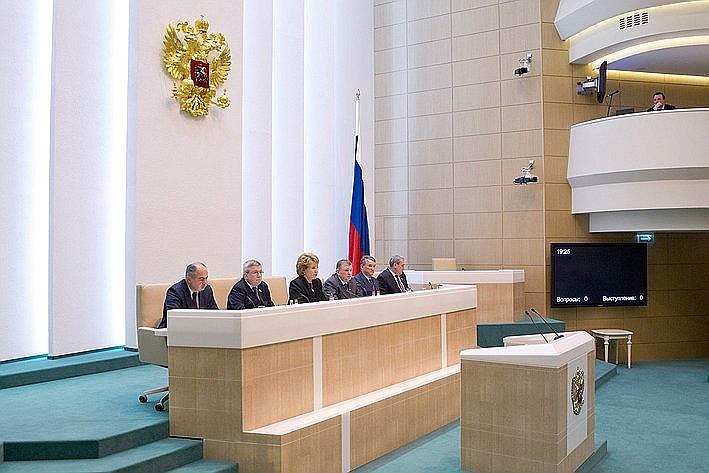 В тот же день Владимир Путин обратился в Совет федерации за разрешением об использовании вооруженных сил страны на территории Украины. Несмотря на субботний день, сенаторы собрались на заседание и дали свое одобрение