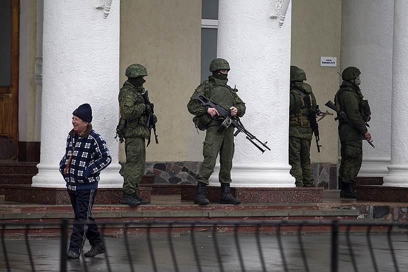 Власти отрицали связь «вежливых людей» с российской армией, заявляя, что похожая экипировка находится в свободной продаже. Позже Владимир Путин подтвердил: «За спиной сил самообороны Крыма, конечно, встали наши военнослужащие»