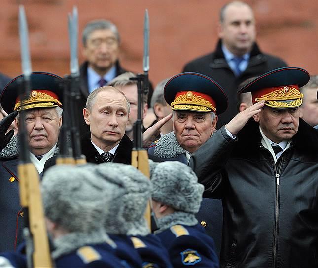 Утром 23 февраля Владимир Путин поставил силовым ведомствам задачу «начать работу по возвращению Крыма в состав России». Об этом он рассказал год спустя в документальном фильме «Крым. Путь на Родину»