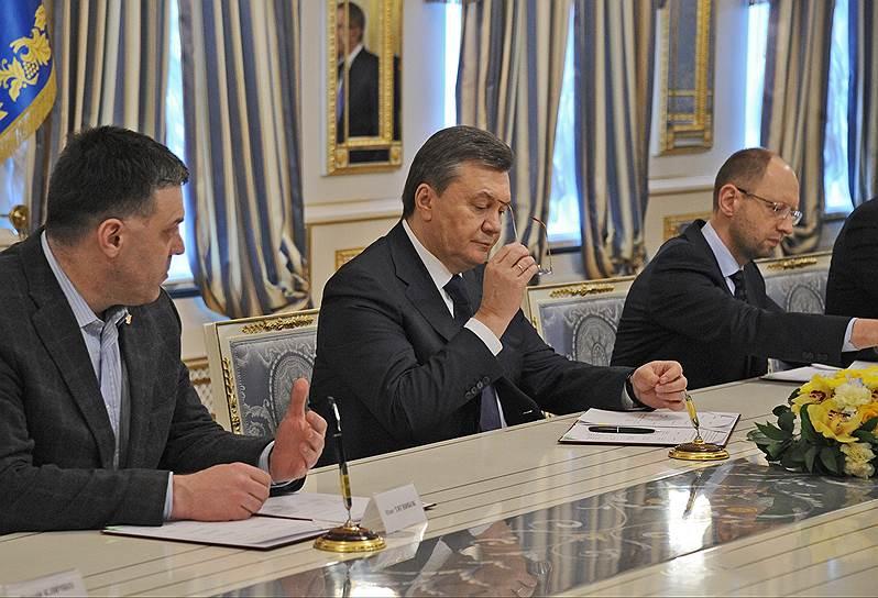 21 февраля 2014 года президент Украины Виктор Янукович (на фото в центре) при посредничестве Евросоюза подписал соглашение с лидерами оппозиции. Оно должно было прекратить политический кризис и уличные протесты, начавшиеся после отказа украинских властей от Соглашения об ассоциации с ЕС
