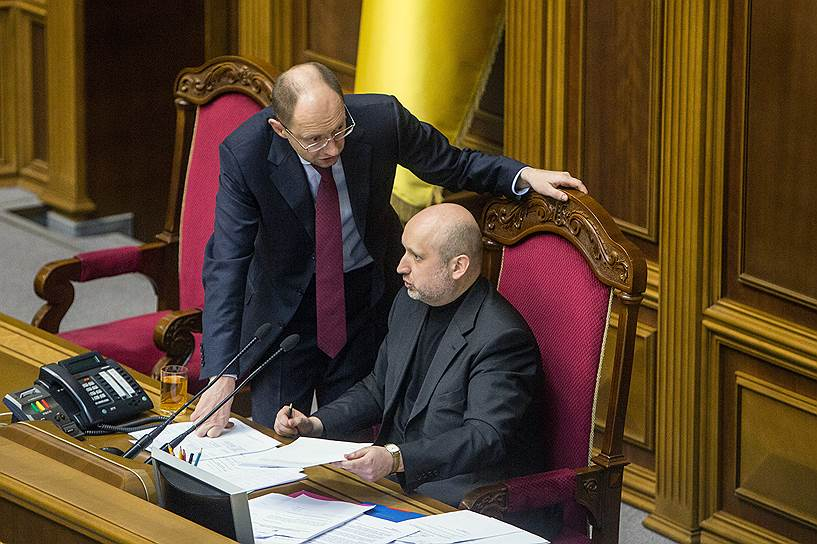 Однако протесты продолжились, и в тот же день господин Янукович бежал из Киева. Обязанности главы государства парламент возложил на своего спикера Александра Турчинова (справа)