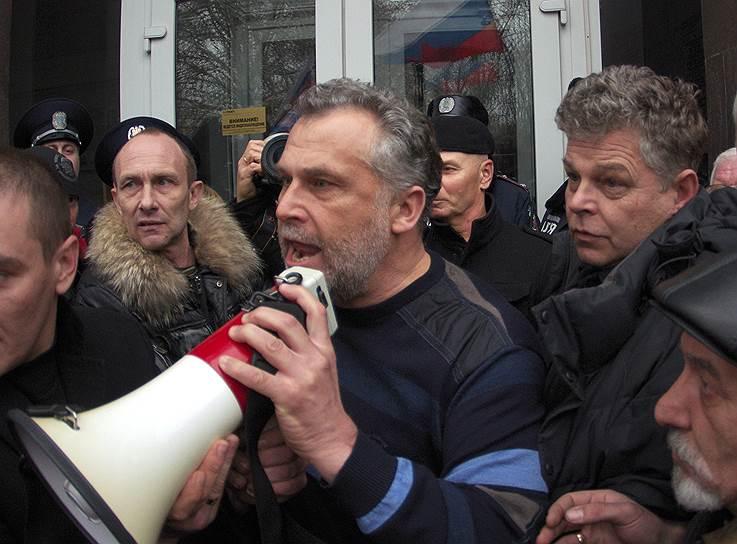 23 февраля в Севастополе на 20-тысячном митинге «Народной воли против фашизма на Украине» «народным мэром» города был провозглашен бизнесмен Алексей Чалый (на фото в центре). Вскоре он начал формировать в Севастополе «отряды самообороны»