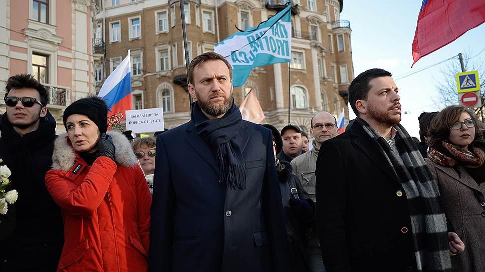 Основатель Фонда борьбы с коррупцией Алексей Навальный (в центре)