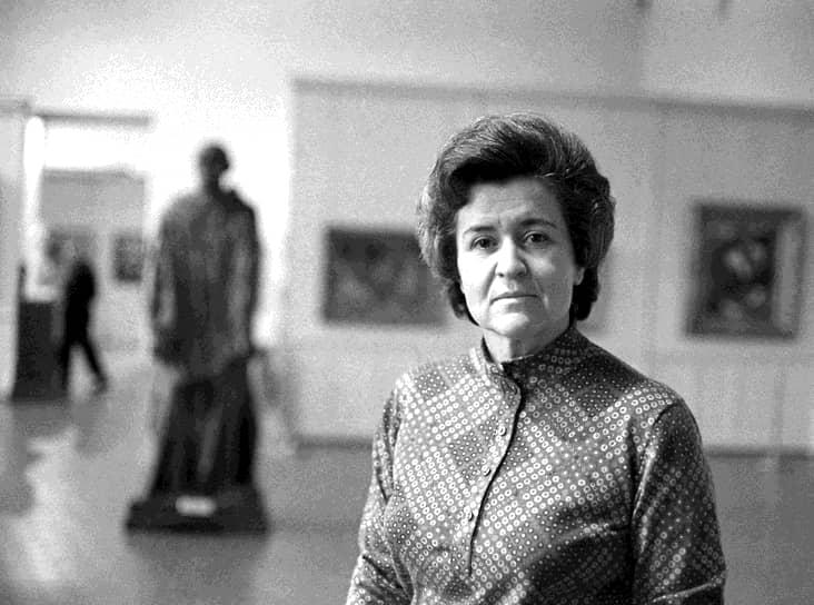 Антонова Ирина Александровна родилась 20 марта 1922 года в Москве, в семь лет вместе с семьей переехала в Германию, где прожила три года. Во время Великой Отечественной войны прошла курсы медсестер и работала в московских госпиталях. В 1945 году закончила МГУ и сразу после этого начала работать в ГМИИ