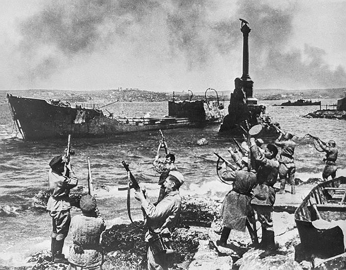 Советские солдаты радуются освобождению Севастополя, 1944