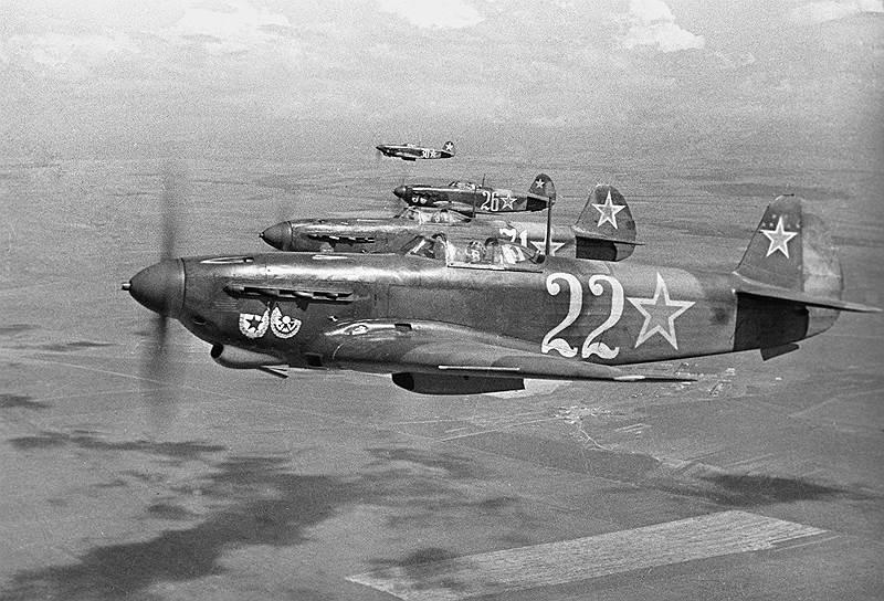 Истребители гвардейского Краснознаменного авиаполка в небе над Севастополем, 1944