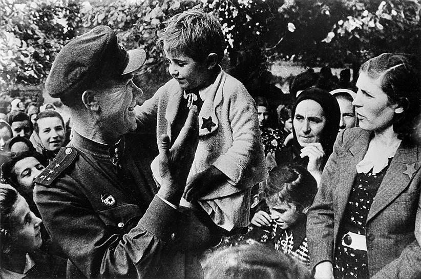 Гвардии капитан 109 стрелковой дивизии С. Иванов с жителями Югославии, 1944