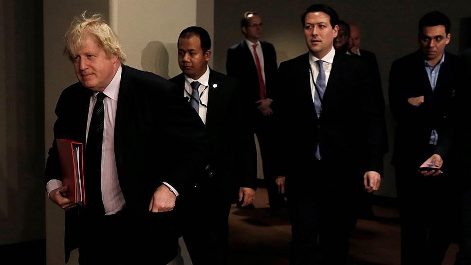 Министр иностранных дел Великобритании Борис Джонсон (в центре)