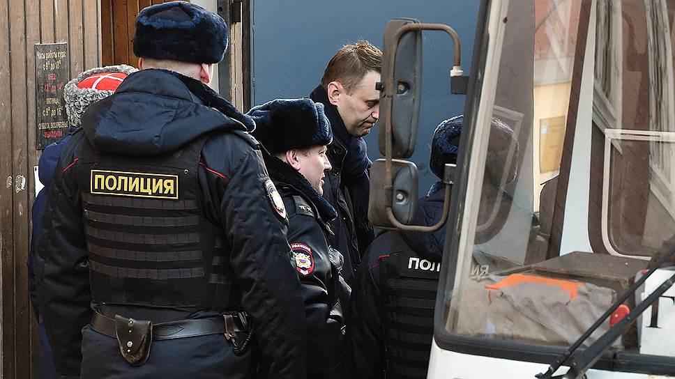 Алексея Навального признали виновным в организации митинга и получил 15 суток