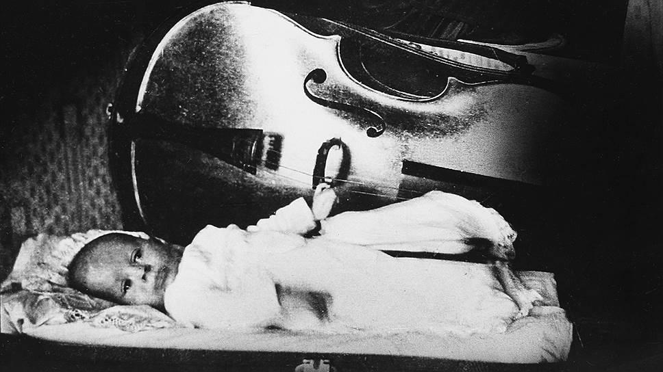 Мстислав Ростропович родился 27 марта 1927 года в Ялте в семье музыкантов: отец был виолончелистом, заслуженным артистом РСФСР, профессором, мать — профессиональной пианисткой. По словам самого Мстислава Ростроповича, родители, когда садились играть, укладывали его в футляр, чтобы он «не завалился куда-нибудь»