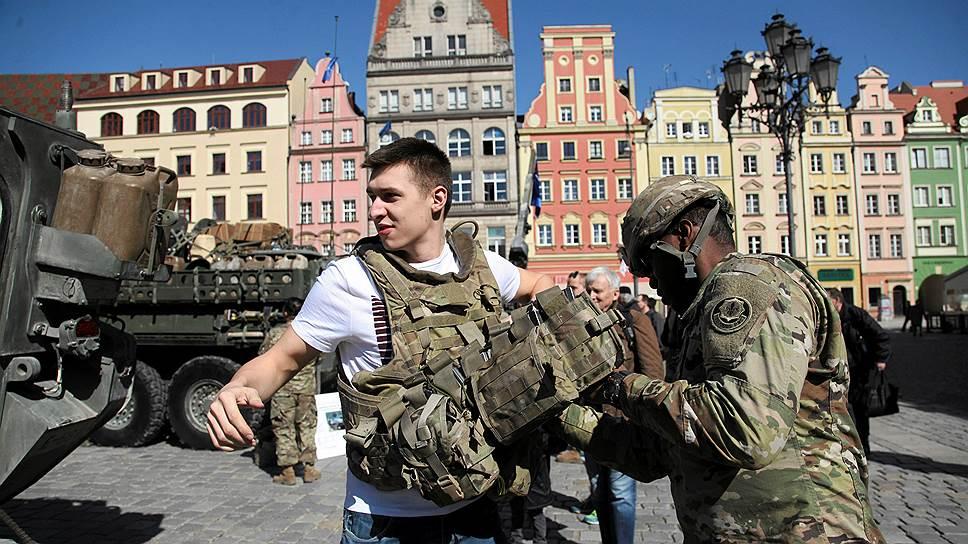 Члены НАТО намерены и дальше укреплять свои восточные границы — исключительно в качестве ответа на «российскую угрозу» (на фото — американские солдаты в Польше)