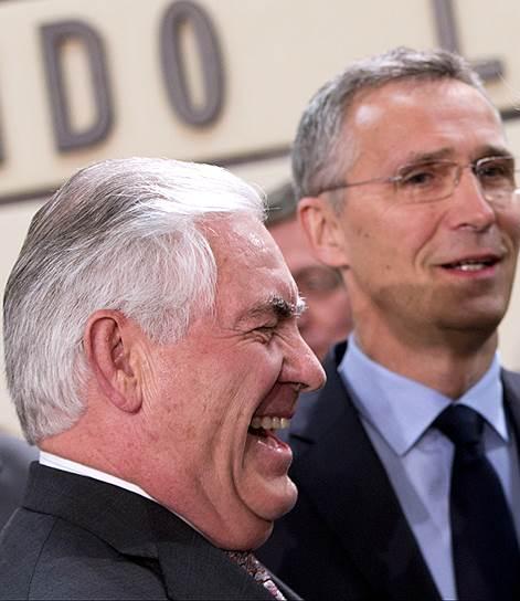 Госсекретарь США Рекс Тиллерсон (слева) обрадовал союзников по НАТО (справа — генсек альянса Йенс Столтенберг) своим присутствием на встрече в Брюсселе — но огорчил жестким требованием увеличить оборонные бюджеты