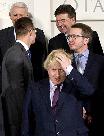 Министры охотно поменяли дату заседания ради Рекса Тиллерсона, хотя, например, главе МИД Британии Борису Джонсону (на переднем плане) ради этого пришлось отменить поездку в Москву