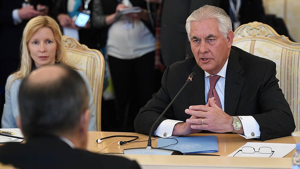 На переговорах в Москве Рекс Тиллерсон и Сергей Лавров (спиной) смогли уйти от конфронтации