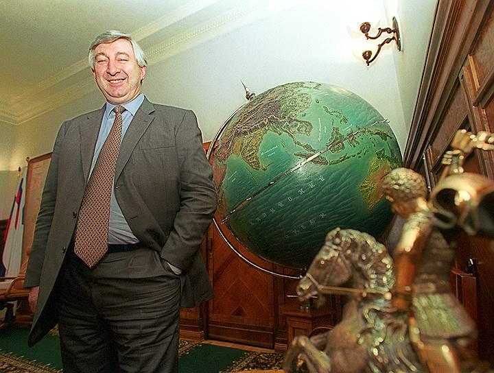 Николай Емельянович Аксененко. В 1994–1997 годах замминистра, затем министр путей сообщения. Неоднократно фигурировал в СМИ как кандидат на пост премьера и возможный преемник президента. С 1999 года — первый вице-премьер. Ушел с этого поста вскоре после отставки Ельцина, в январе 2000 года. В 2001 году обвинен в растратах. Возглавлял МПС до 2002 года, умер в 2005 году