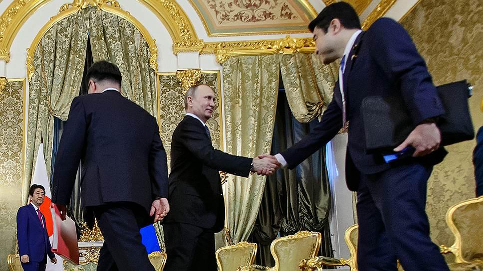 На переговорах в Москве Владимир Путин и Синдзо Абэ осторожно дрейфовали вокруг Курильской гряды