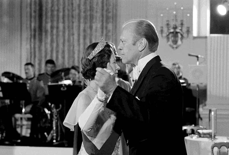 38-й президент США Джеральд Форд танцует с британской королевой Елизаветой II на ужине в ее честь