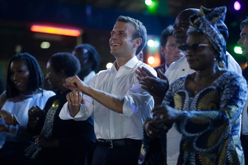 Французский президент Эмманюэль Макрон учится местным танцам во время визита в Нигерию