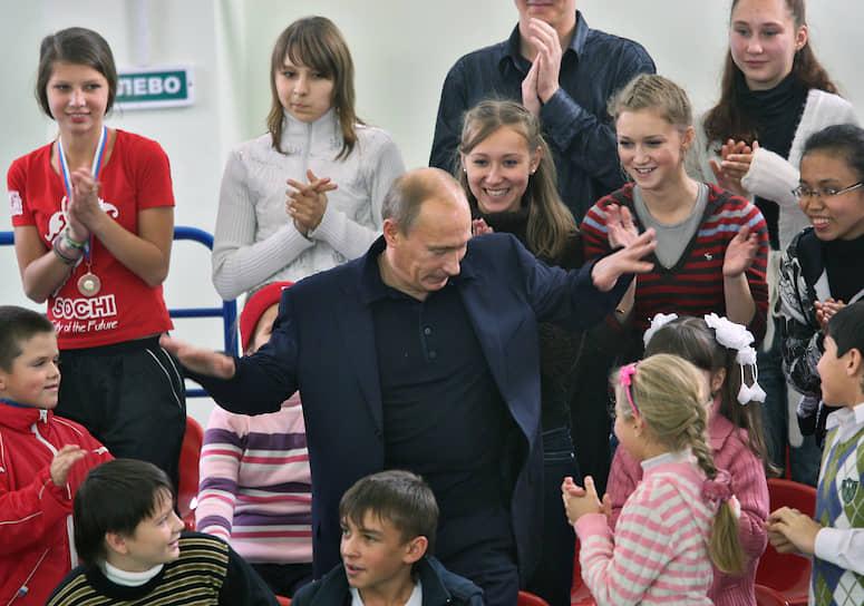 Владимир Путин во время соревнований «Веселые старты» между владимирскими школьниками в физкультурно-оздоровительном комплексе