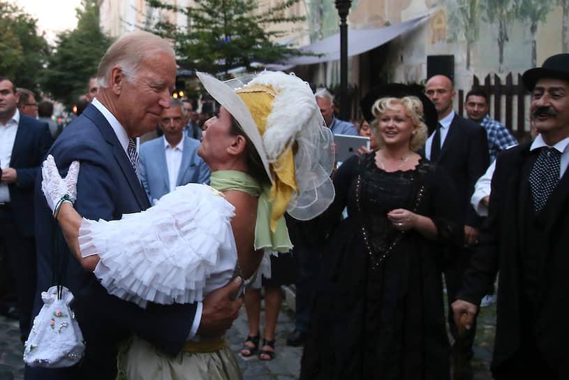 Президент США Джо Байден во время осмотра достопримечательностей