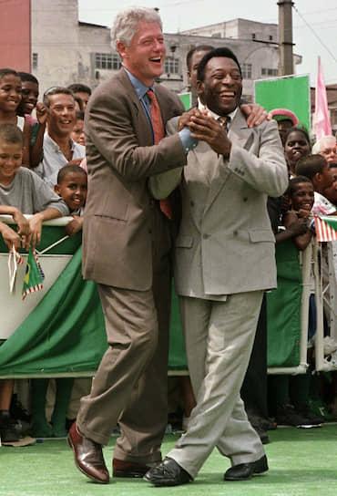 42-й президент США Билл Клинтон и футболист Пеле после показательной игры в детской спортшколе