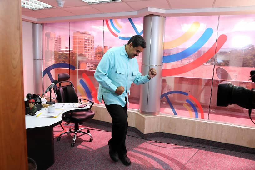 Президент Венесуэлы Николас Мадуро на радиостанции
