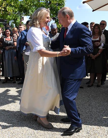 Экс-министр иностранных дел Австрии Карин Кнайссль танцует с Владимиром Путиным на своей свадьбе в Гамлице