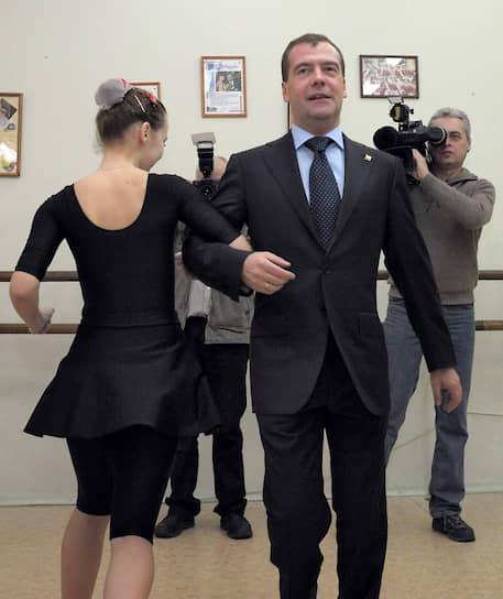 Зампред Совета безопасности России Дмитрий Медведев во время посещения петрозаводского Дворца творчества детей и юношества