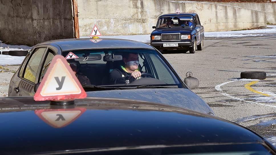 Автошколы предлагают закрепить минимальную цену на обучение водителей