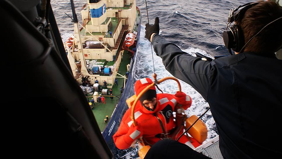 Одного из спасенных после крушения платформы «Кольская» поднимают на вертолет с ледокола «Магадан»