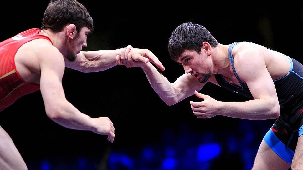 Российский борец Ахмед Чакаев и Владимир Хинчегашвили (Грузия) во время финала в весовой категории до 61 кг