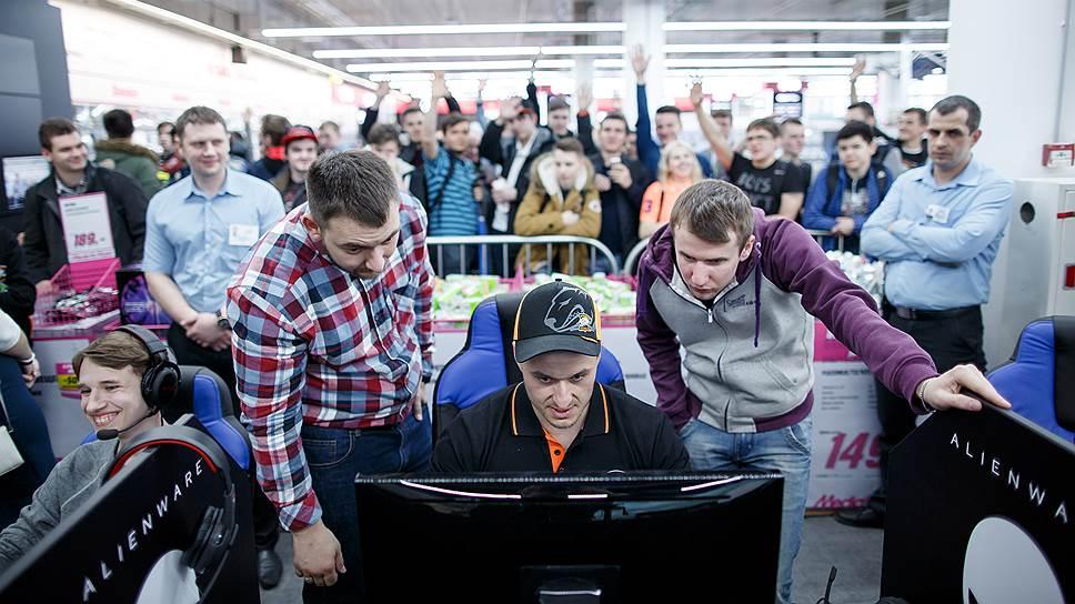 Автограф-сессия игрока команды Virtus.pro в дисциплине CS:GO Ярослава «pashaBiceps» Яжомбковски в магазине MediaMarkt в ТЦ Авиапарк