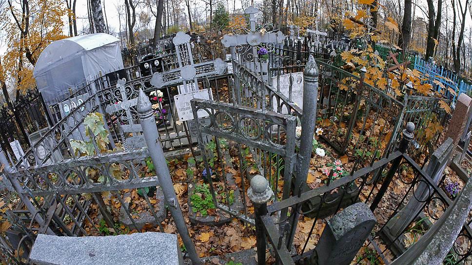 Кладбищенские ограды часто не только выше памятников, но и орнаментальнее их. Их скученность удивительно напоминает плотность застройки заборов в жилых дворах