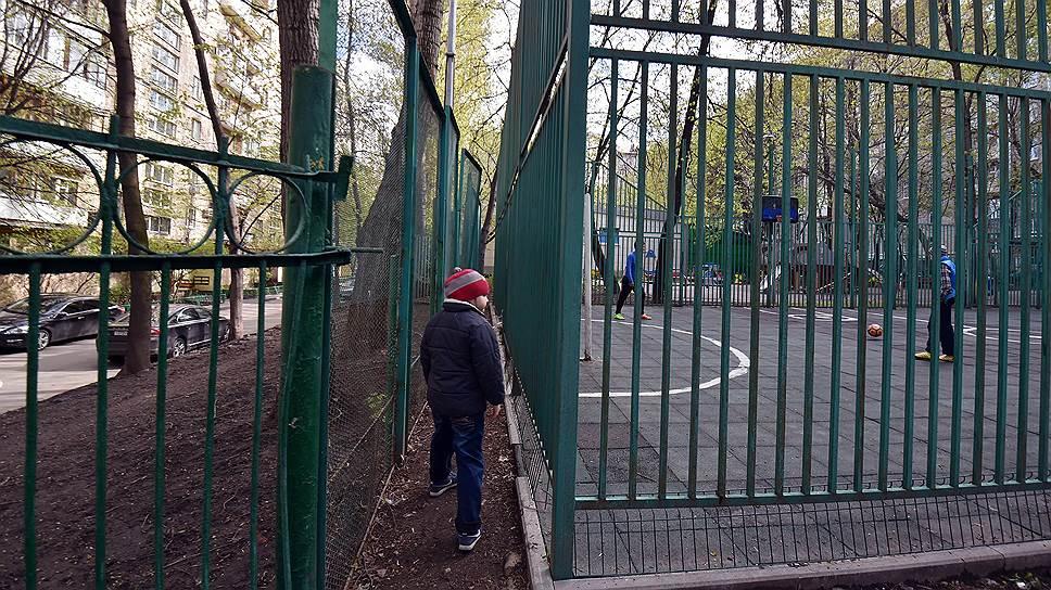 С тех пор как жителям Москвы разрешили огораживать придомовую территорию, столичные дворы стали превращаться в гетто. Ходить там неудобно даже самим обитателям домов