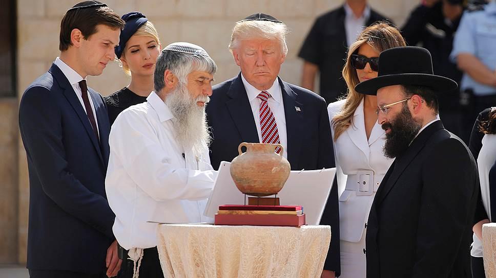 В походе к Стене плача Дональда Трампа сопровождали члены его семьи и раввин Шмуэль Рабинович (справа), но не израильский премьер Биньямин Нетаньяху