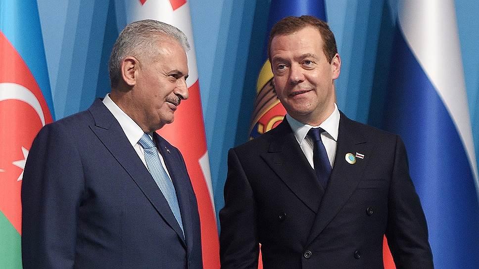 Премьер-министр Турции Бинали Йылдырым (слева) и председатель правительства России Дмитрий Медведев