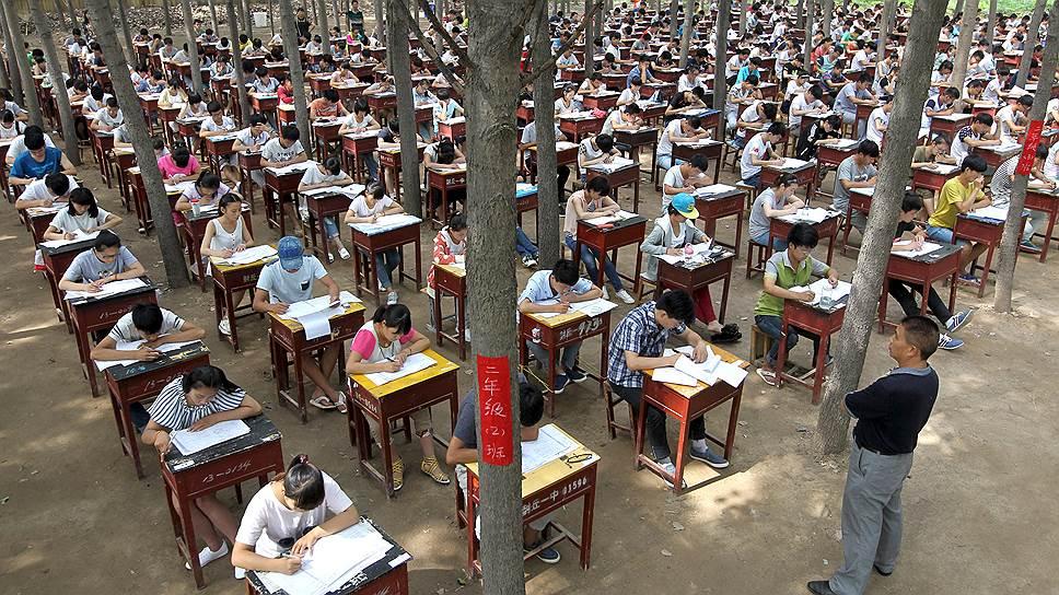 Для большинства китайцев выпускные экзамены — одно из главных событий в жизни, от которого во многом зависит будущее благополучие