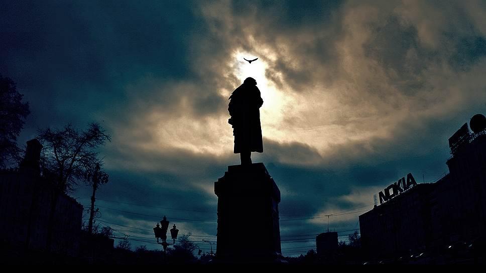 6 июня 1880 года на Страстной площади (сейчас — Пушкинская) в Москве был открыт памятник Александру Пушкину. Первоначально он был установлен в начале Тверского бульвара — лицом к Страстному монастырю. В 1950 году монумент перенесли на место снесенной колокольни Страстного монастыря, где он стоит по сей день