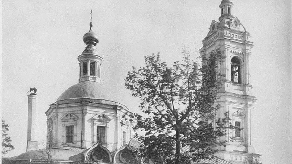 Храм Пимена Великого был последним, остававшимся у обновленцев после того, как власти решили прикрыть этот проект. После отпевания здесь Введенского храм перешел Московской патриархии